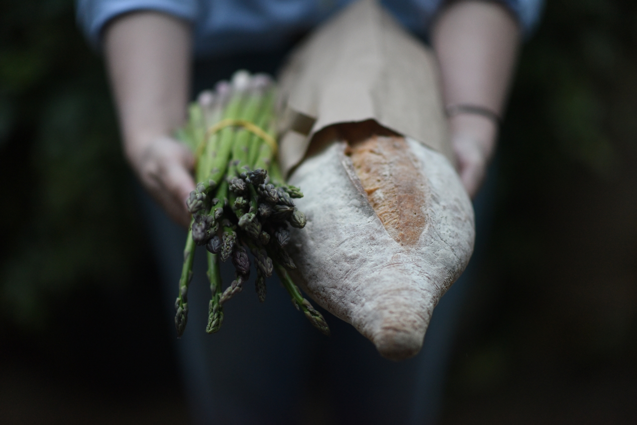 Giving-bread-Credit-AnnabelStaffPhotography